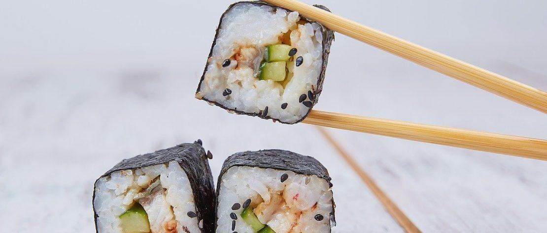 Comment manger des sushis avec des baguettes ?