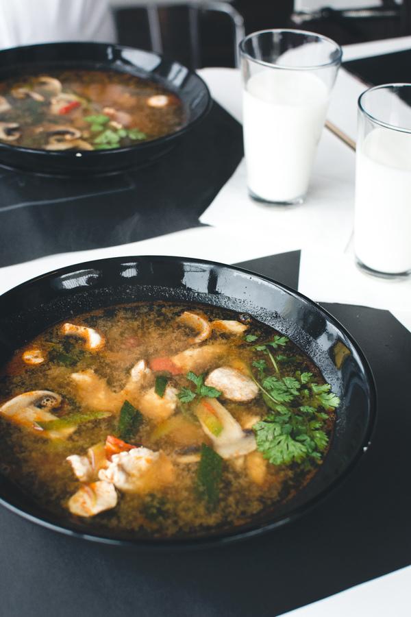 Comment préparer une soupe miso au porc et aux haricots verts ?